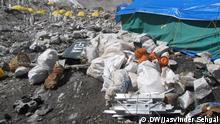 22/04/2009 Mount Everest, die höchste Müllkippe der Welt, wird sauber gemacht. Je mehr Bergsteiger den höchsten Berg der Welt, den Mount Everest, besteigen, desto schmutziger wird es dort. Tonnen von Müll liegen dort inzwischen, darunter Campingausrüstung, menschliche Ausscheidungen, leere Gaskanister oder Zelte. Bergfreunde sind besorgt, weil der Klimawandel das Eis auf dem Berg schmilzt und Müll den Prozess auch noch beschleunigt. Jasvinder Sehgal begleitet einige der Everest-Retter bei ihrer Arbeit. Copyright: Jasvinder Sehgal