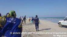 29. Januar 2019, Dschibuti, Rettungskräfte suchen am Strand nach Überlebenden, nachdem zwei Boote mit Migranten vor dem Ufer bei Godoria, im Nordosten von Dschibuti, Dienstag, 29. Januar 2019, gekentert sind. Mehr als 130 Migranten galten als vermisst, nachdem die beiden Boote am Dienstag vor der ostafrikanischen Nation Dschibuti gekentert waren, sagte die Internationale Organisation für Migration.