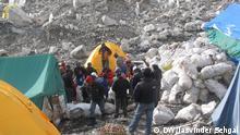 27/04/2009 Mount Everest, die höchste Müllkippe der Welt, wird sauber gemacht. Je mehr Bergsteiger den höchsten Berg der Welt, den Mount Everest, besteigen, desto schmutziger wird es dort. Tonnen von Müll liegen dort inzwischen, darunter Campingausrüstung, menschliche Ausscheidungen, leere Gaskanister oder Zelte. Bergfreunde sind besorgt, weil der Klimawandel das Eis auf dem Berg schmilzt und Müll den Prozess auch noch beschleunigt. Jasvinder Sehgal begleitet einige der Everest-Retter bei ihrer Arbeit. Copyright: Jasvinder Sehgal