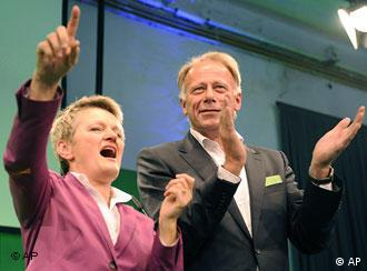 Top candidates Juergen Trittin, right, and Renate Kuenast of the Greens, Buendnis 90/Die Gruenen are seen after the German general elections in Berlin, Sunday Sept. 27, 2009. (AP Photo/Eckehard Schulz)