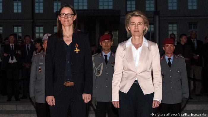 Katrin Zuder dok je bila držvana sekretarka u Ministarstvu odbrane sa tadašnjom ministriciom Fon der Lajen