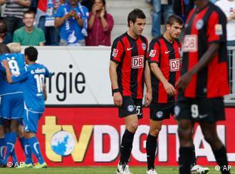 Die Berliner Spieler schleichen enttäuschend vom Platz (AP Photo/Daniel Roland)
