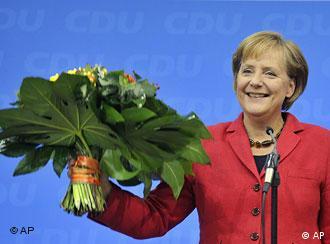 Elde edilen ilk sonuçlar, Merkel'in başbakan olarak kalacağını gösteriyor