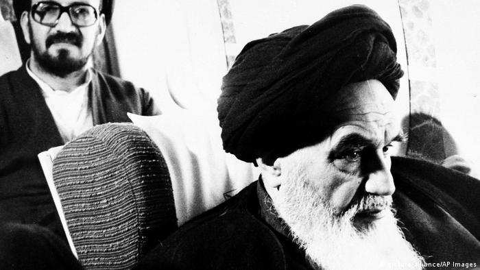 Аятолах Хомейни се завръща от изгнание на 1.2.1979 г. в Иран