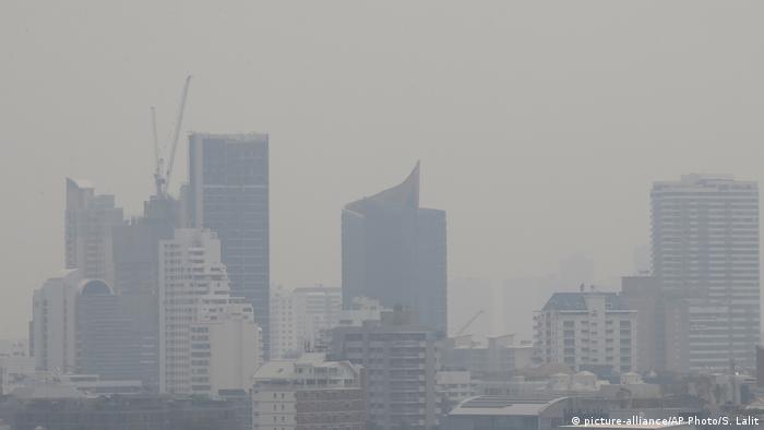 Bangkoks mehr als 8 Millionen Einwohner leiden schon seit Beginn des Jahres unter extrem schlechter Luft. Experten sind der Meinung, dass der Smog vor allem von Auto-Abgasen ausgelöst wird. In Bangkoks Straßen herrscht chronischer Stau. Zudem sind dort Tausende uralter Diesel-Busse unterwegs. Seit einigen Tagen wird vielerorts Wasser gesprüht, um die Luft zu verbessern.