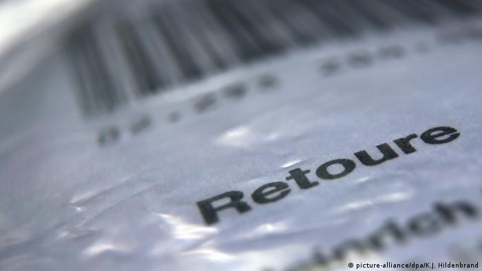 161ddec90c23dc Online-Handel Retouren   Retouren-Postaufkleber (picture-alliance/dpa/K.J.