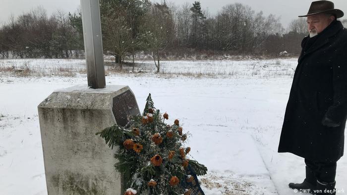 Цей пам'ятний знак загиблим товаришам встановив у Вальдгайде Леррі Ніколс (на фото)