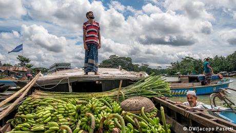 Farmers take their produce to market by boat, Nazir Bazar, Pirojpun, Bangladesh
