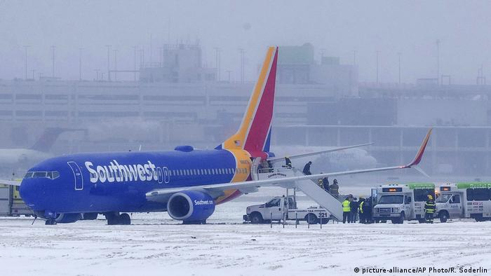 Passengers exit a Southwest Airlines flight after the plane slipped on the runway (picture-alliance/AP Photo/R. Soderlin)