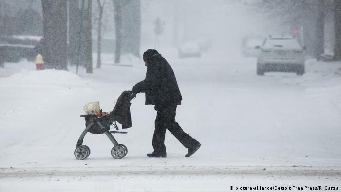 A man pushes a stroller with groceries in Detroit (picture-alliance/Detroit Free Press/R. Garza)