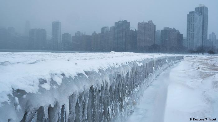 Аномальні морози вже призвели до смертельних випадків. Це, очевидно, історичний холод, - сказав міський голова Чикаго Рам Емануель. Це небезпечні температури для життя, і до них треба ставитися відповідно, - застеріг він