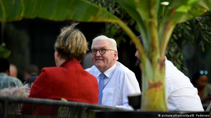 German President Frank-Walter Steinmeier and his delegation awaiting plane repairs in Ethiopia (picture-alliance/dpa/B. Pedersen)