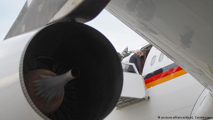 Frank-Walter Steimeier enters the Konrad Adenauer Airbus in Berlin (picture-alliance/dpa/J. Carstensen)
