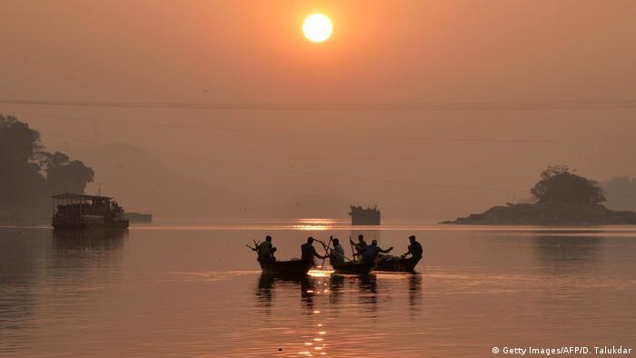 BdTD Indien   Fischer bei der Arbeit (Getty Images/AFP/D. Talukdar)