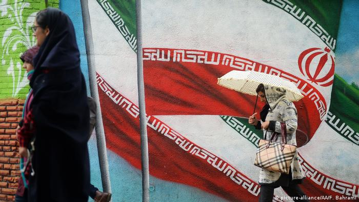 People walk past mural paintings in Tehran, Iran on November 6, 2018 (picture-alliance/AA/F. Bahrami)