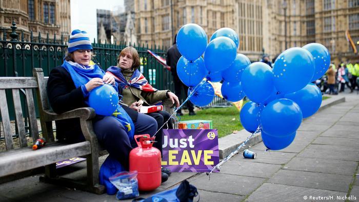 Großbritannien pro und contra Brexit Demonstrantinnen in London (Reuters/H. Nicholls)