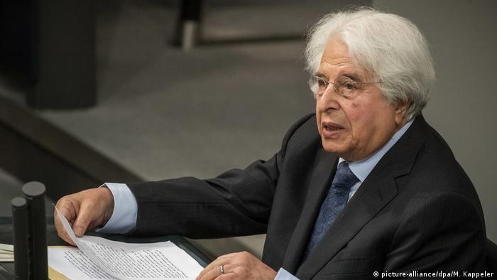 Der Historiker Saul Friedländer steht am Rednerpult des Deutschen Bundestages. (picture-alliance/dpa/M. Kappeler)