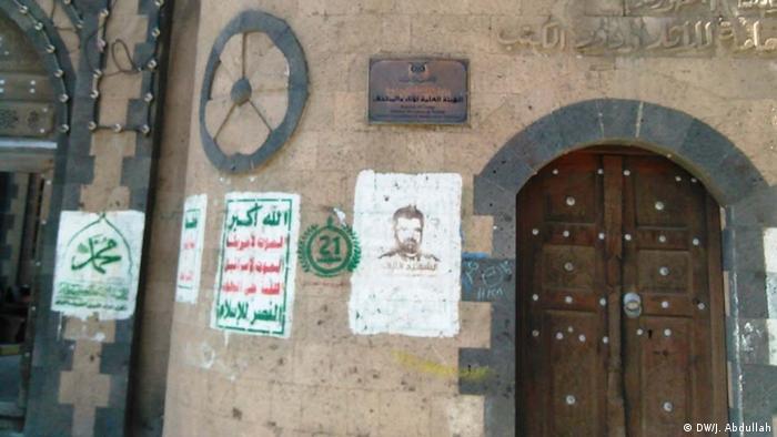 Nebriga prema spomenicima - plakati na povijesnoj zgradi u Sani