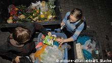 Symbolbild Mülltaucher holen ihr Essen aus Abfalltonnen