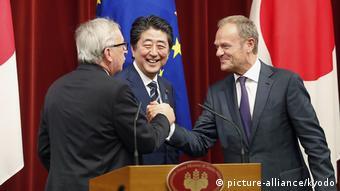 Γιούνκερ, Άμπε, Τουσκ μετά την υπογραφή της εμπορικής συμφωνίας ΕΕ-Ιαπωνίας στις 17 Ιουλίου του 2018 στο Τόκυο.