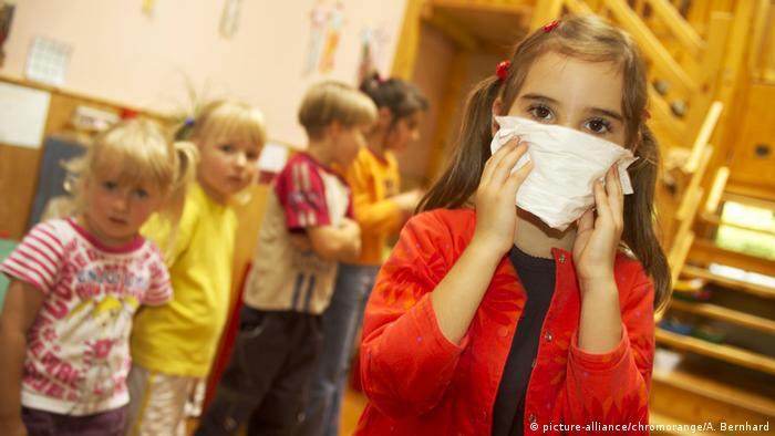 krankes Mädchen mit Taschentuch