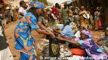 Frau beim Einkauf, Fisch-Markt, Garoua, Kamerun, Afrika
