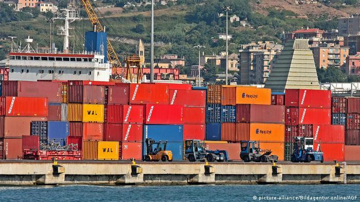Italien Genua Hafen mit Container