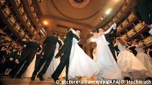 The Vienna State Opera - debutantes dancing at the vienna Opera Ball (picture-alliance/dpa/APA/G. Hochmuth)