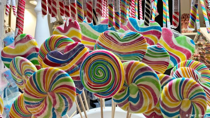 Rainbow-colored lollipops (DW/C. Bleiker)