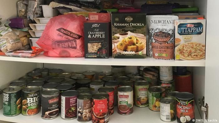 Ράφια με κονσέρβες και ξηρά τροφή σε πολλά βρετανικά νοικοκυριά
