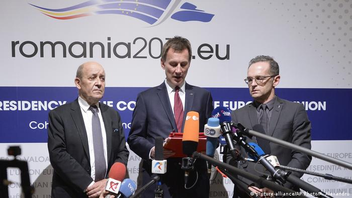 German Foreign Minister Heiko Maas, right, French Foreign Minister Jean-Yves Le Drian, left, and Jeremy Hunt United Kingdom's Secretary of State for Foreign and Commonwealth Affairs in front of a microphone (picture-alliance/AP Photo/A. Alexandru)