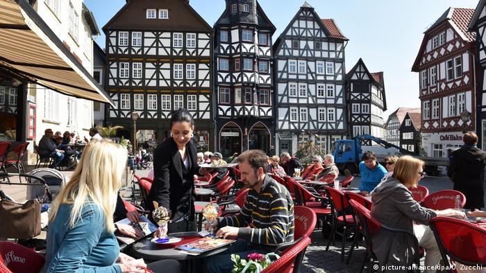 Eiscafe vor Fachwerk Fritzlar (picture-alliance/dpa/U. Zucchi)
