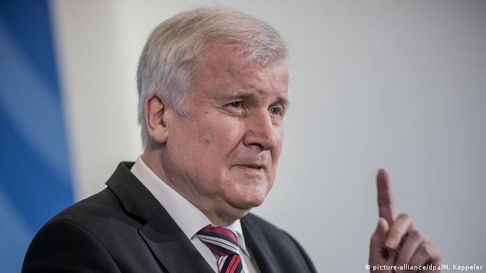 Deutschland Horst Seehofer, Bundesinnenminister in Berlin (picture-alliance/dpa/M. Kappeler)