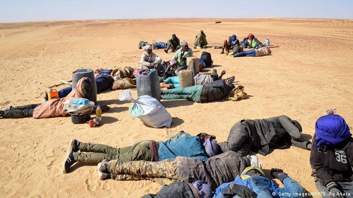 Des migrants dans le désert au Niger en janvier 2019
