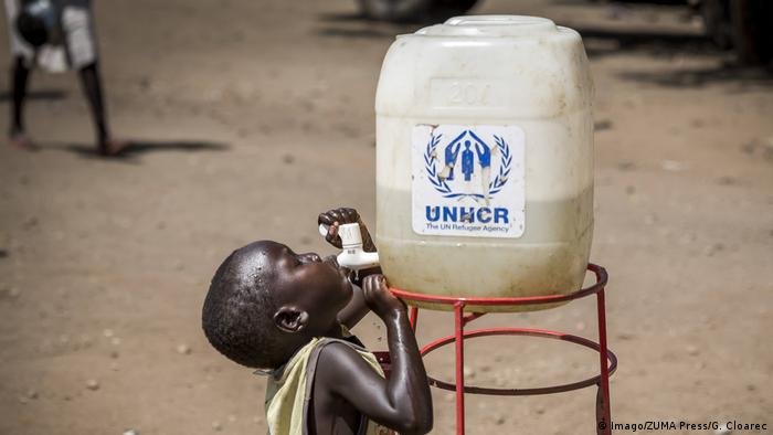 A child drinks from the tap of a UNHCR water tank at a refugee camp (Imago/ZUMA Press/G. Cloarec)
