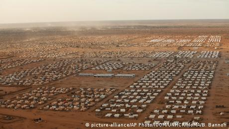 An aerial view of the world's largest refugee camp – Dadaab in Kenya (picture-alliance/AP Photo/IOOM/UNHCR/MoMA/B. Bannon)