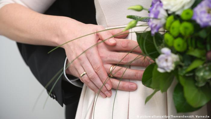Heiraten - Ehering (picture-alliance/dpa Themendienst/A. Warnecke)