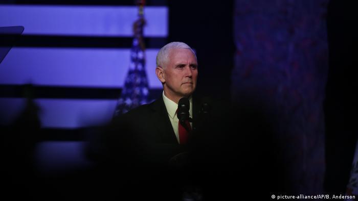 Vizepräsident Mike Pence spricht im Rahmen einer Diskussionsrunde über die politische Krise in Venezuela (picture-alliance/AP/B. Anderson)