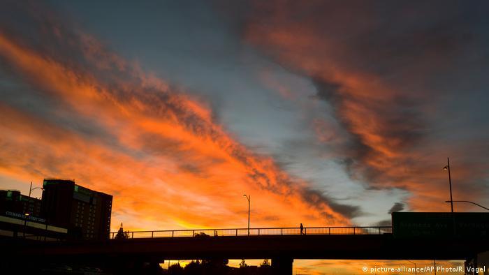 Orange-colored storm clouds off Los Angeles   USA Kalifornien (picture-alliance/AP Photo/R. Vogel)