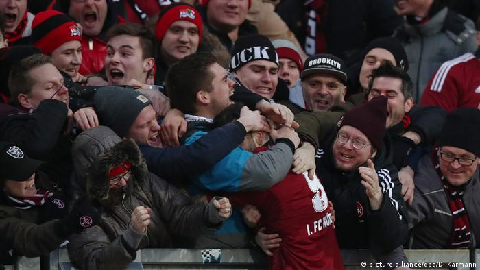 Mikael Isak celebrating with fans (picture-alliance/dpa/D. Karmann)