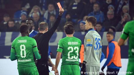 | Deutschland Bundesliga FC Schalke 04 v Borussia Mönchengladbach | Rote Karte Nübel (picture-alliance/dpa/I. Fassbender)