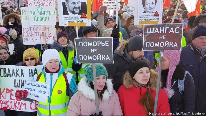 Protesters stand with placards at a rally against new solid waste landfills in the Russian North (picture-alliance/dpa/Tass/A. Lipnitsky)