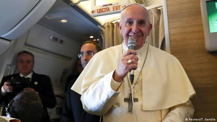 Papst Franziskus auf dem Weg nach Abu Dhabi