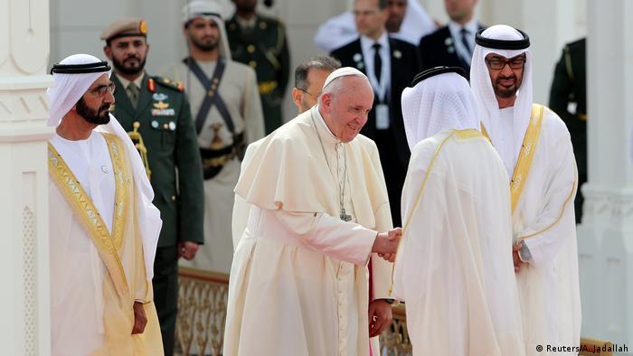 El papa Francisco es recibido por el mandatario de Dubai, el jeque Mohamed bin Rashid Al Maktum.