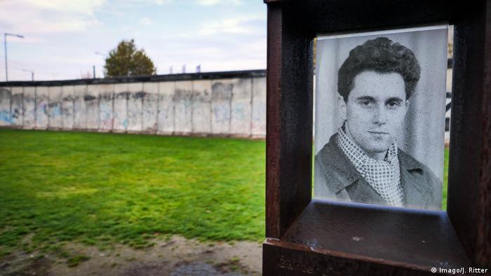 Placa em homenagem a Günter Litfin, primeira vítima do Muro de Berlim