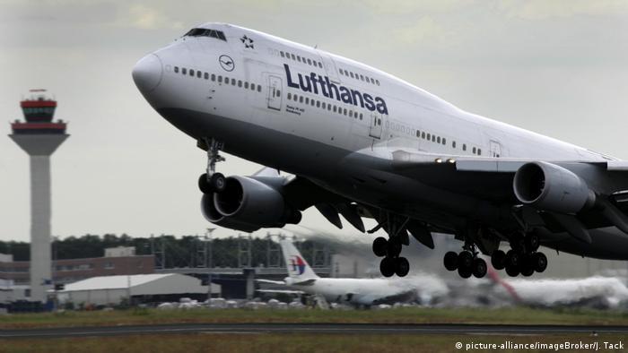 Deutschland Flughafen Frankfurt am Main | Boeing 747-400 der Lufthansa (picture-alliance/imageBroker/J. Tack)