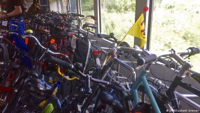 Fahrräder stehen in einem Zugwaggon. (DW/Elizabeth Grenier)