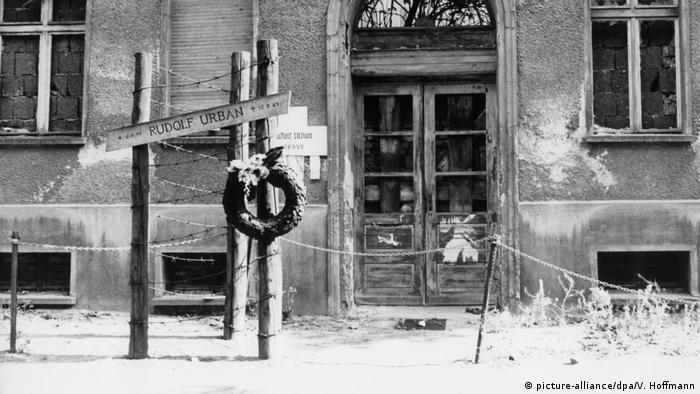 Berlin: Ein Kranz erinnert am 17.09.1979 an das Maueropfer Rudolf Urban (picture-alliance/dpa/V. Hoffmann)