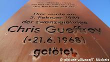 Stele für Chris Gueffroy, den letzten Mauertoten in Berlin # Eine Stele am Britzer Verbindungskanal erinnert an Chris Gueffroy. Der 20-jährige Kellner war am 5. Februar 1989 bei einem Fluchtversuch erschossen worden und das letzte Opfer der Berliner Mauer. Foto: Thilo Rückeis | Verwendung weltweit