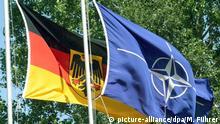 Deutsche Flagge und Nato-Flagge